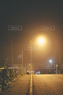 空,夜,屋外,道路,霧,道,明るい,通り,街路灯