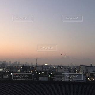 空,建物,鳥,屋外,高層ビル,たくさん,初日の出,薄紫,蜃気楼,黄砂,霞む