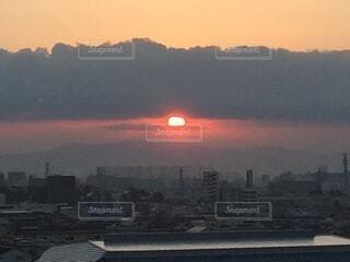 空,太陽,朝日,雲,隙間,初日の出,間,厚い雲,長い雲