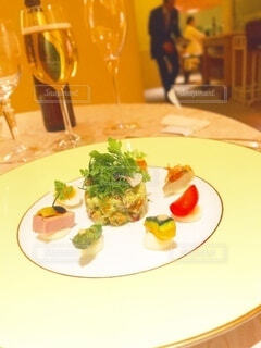 食べ物,ディナー,屋内,フォーク,テーブル,野菜,皿,サラダ,レストラン,料理,調理,ダイニングテーブル,調理器具,ワイングラス,付け合わせ