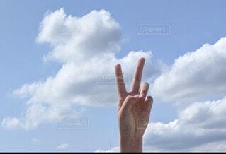 空,屋外,雲,手,子供,指,楽しい,人物,人,元気,明るい,ピース,数字,天気,2,日中,2個,2本,ふたつ,2回
