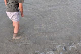 風景,海,夏,屋外,湖,砂,ビーチ,足元,水,砂浜,暑い,川,水面,人物,人,地面,小学生,夏休み,水遊び,思い出,ショートパンツ,気持ちいい,浅瀬
