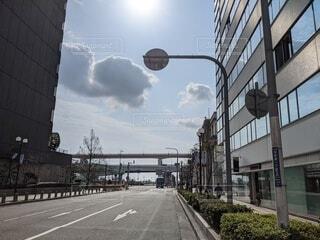 空,建物,橋,ビル,屋外,太陽,雲,晴れ,車,道路,街,高速道路,都会,オフィス,道,会社,オフィス街,明るい,仕事,ビジネス,運転,通り,アスファルト,街路灯,営業