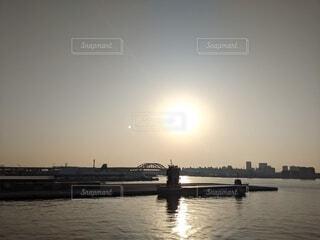 海,空,橋,屋外,湖,太陽,朝日,ボート,夕暮れ,船,水面,月,旅行,朝,日の出,始まり,水上バイク,1日