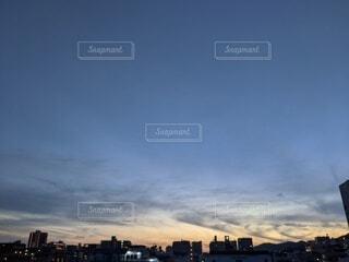 空,夕日,夜景,街並み,屋外,雲,晴れ,青空,夕暮れ,夕方,街,日没,高層ビル,コントラスト,帰宅,日暮れ,会社帰り,仕事終わり