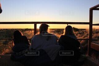 3人,風景,屋外,後ろ姿,人,旅行,日の出,思い出,友達