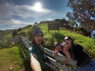 ハイキングの看板の前ではしゃぎながら記念写真の写真・画像素材[4241687]