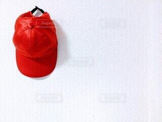 赤,帽子,背景,白い壁,素材,web素材,背景画像,野球帽