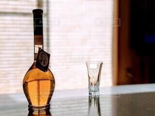 黄色,オシャレ,ボトル,グラス,ラウンジ,イタリア,お祝い,黄昏,洋風,ドリンク,酒,雰囲気,たそがれ,アルコール,洋酒,ジャズ,晩酌,ワイングラス,果実酒,一服,おしゃれ,レモン酒