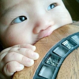 椅子,人,赤ちゃん,タイル,幼児,乳児,赤ん坊,スツール,歯が痒い,歯が生えてきた