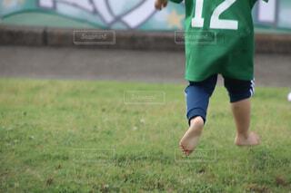 サッカーの応援で走り回る女の子の写真・画像素材[4636377]