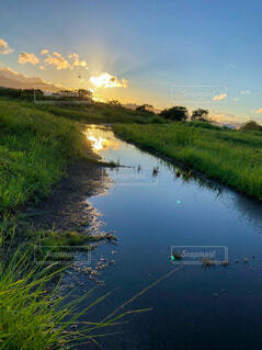 夕暮れ時の水面に映る風景の写真・画像素材[4735531]