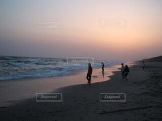 自然,海,空,屋外,太陽,砂,ビーチ,砂浜,夕暮れ,水面,海岸,人物