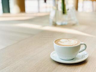 テーブル,リラックス,座る,マグカップ,食器,カップ,エスプレッソ,紅茶,カフェオレ,おうちカフェ,ドリンク,ラテ,おうち,コーヒー牛乳,ライフスタイル,カフェイン,飲料,食器類,コーヒー カップ,おうち時間,受け皿