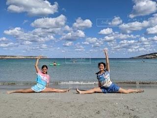 ビーチでバレエレッスンの写真・画像素材[4237510]