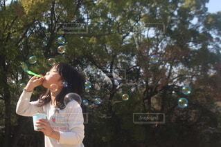シャボン玉と女の子の写真・画像素材[4284997]