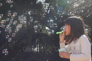 シャボン玉を吹く女の子の写真・画像素材[4284998]