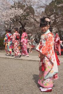 桜と振り袖姿の少女の写真・画像素材[4300895]