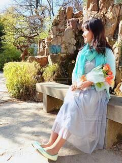 チューリップの花束を持つ女性の写真・画像素材[4336354]