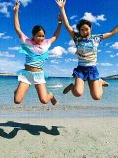 ビーチで思いきりジャンプする少女たちの写真・画像素材[4386391]