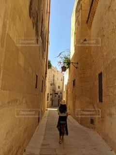 旧市街の路地裏を行く少女の写真・画像素材[4585972]