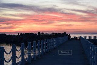 空,屋外,ビーチ,雲,夕暮れ,水面,桟橋,地面,日の出,新潟