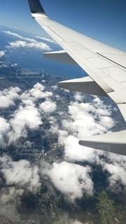 空中を飛んでいる飛行機の写真・画像素材[4732385]