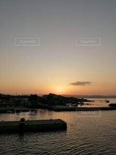 風景,海,空,夕日,太陽,夕焼け,夕暮れ,水面,田舎,フェリー,桜島,船上