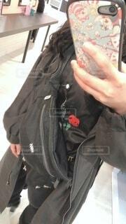 黒,薔薇,人,ロングコート,ジャケット,ばら,ブラック,ショルダーバッグ,ブラックコーデ,黒コート,ショルダー,毎日コーデ