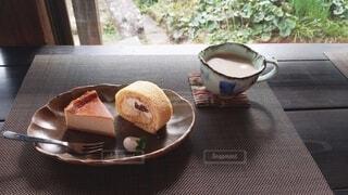 食べ物,ケーキ,緑,かわいい,影,光,レトロ,デザート,テーブル,皿,食器,モダン,チーズケーキ,ミルクティー,ロールケーキ,菓子,おしゃれ,フォトジェニック,コーヒー カップ