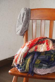 椅子におかれたマフラーの写真・画像素材[4092928]