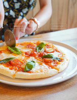 カフェで女子会 美味しいピザの写真・画像素材[4127689]