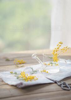 ミモザの花を飾りましょうの写真・画像素材[4302443]
