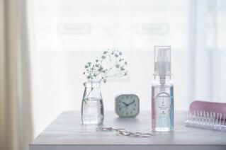 花,屋内,植物,白,花瓶,窓,時計,ガラス,爽やか,テーブル,ボトル,お風呂,雨上がり,シャンプー,化粧品,ヘアケア,ヘアオイル,アメニモ