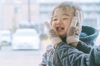 1歳男の子と手袋の写真・画像素材[4078798]