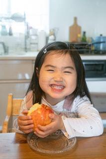りんごを食べる小さい女の子の写真・画像素材[4151876]