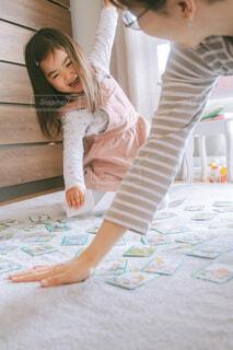 カルタをする親子の写真・画像素材[4151878]