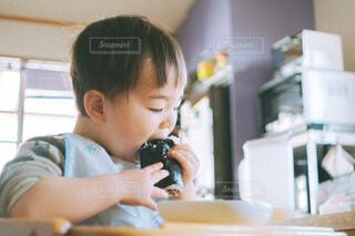 恵方巻きを丸かぶりする男の子の写真・画像素材[4157307]