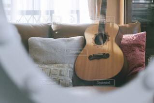 リビングにあるギターの写真・画像素材[4215162]