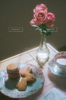 テーブルの上に薔薇とクッキーの写真・画像素材[4312798]