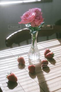 テーブルの上のピンクの薔薇といちごの写真・画像素材[4417547]