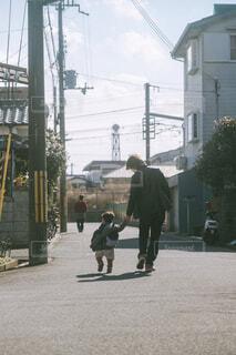 道路を歩く父と子の写真・画像素材[4501101]