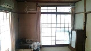屋内,部屋,窓,ガラス,光,家,古い,壁,生活,エアコン,障子,一人暮らし,古ぼけた