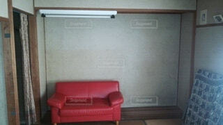 赤,椅子,古い,壁,家具,ソファ,昭和,蛍光灯,一人暮らし,映画,古ぼけた,家賃,二人掛け,スタジオソファ,ソファー・ベッド