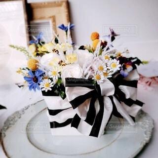 テーブルの上のお花の写真・画像素材[4191099]
