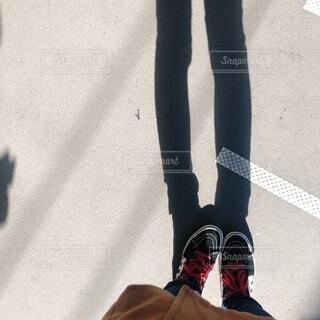 靴,屋外,影,スニーカー,晴れの日,ハイカット,履物,足首,ズボン,内股,足のシルエット
