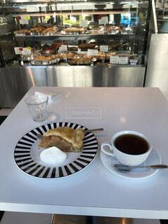 食べ物,カフェ,ケーキ,コーヒー,屋内,デザート,フォーク,皿,タルト,食器,りんご,カップ,お茶,ドリンク,リフレッシュ,ひとり時間,食器類,コーヒー カップ