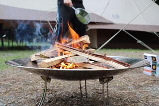 食べ物,グリル,キャンプ,炎,火,薪,地面,料理,バーベキュー,焚き火,積み木,エモい,組み木,屋外のグリル