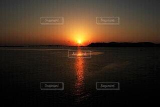 自然,空,屋外,太陽,朝日,水面,正月,お正月,地平線,日の出,新年,初日の出,ご来光,日の丸,残光,朝の赤い空