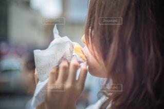 ドーナツを食べる女性 - No.850433